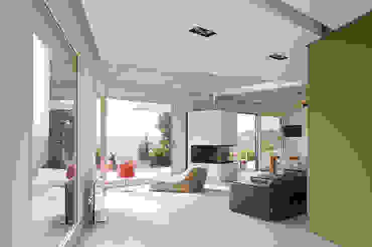 Moderne woonkamers van LEE+MIR Modern