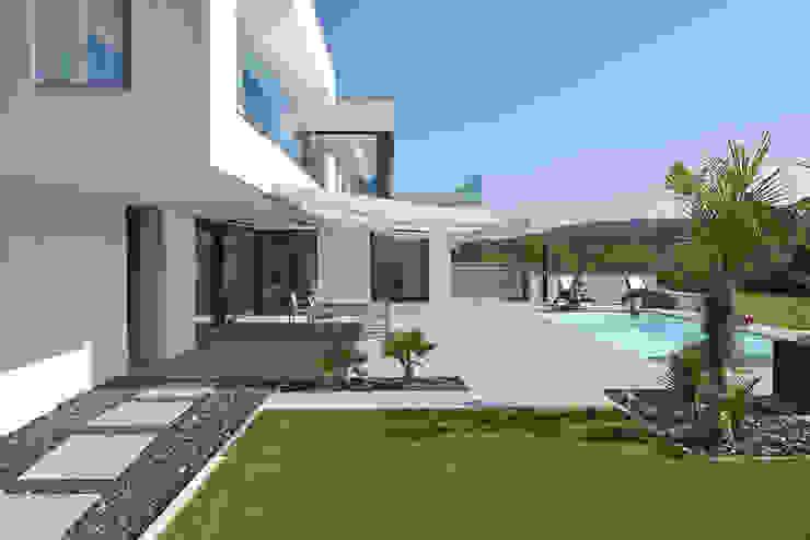 Jardines de estilo moderno de LEE+MIR Moderno