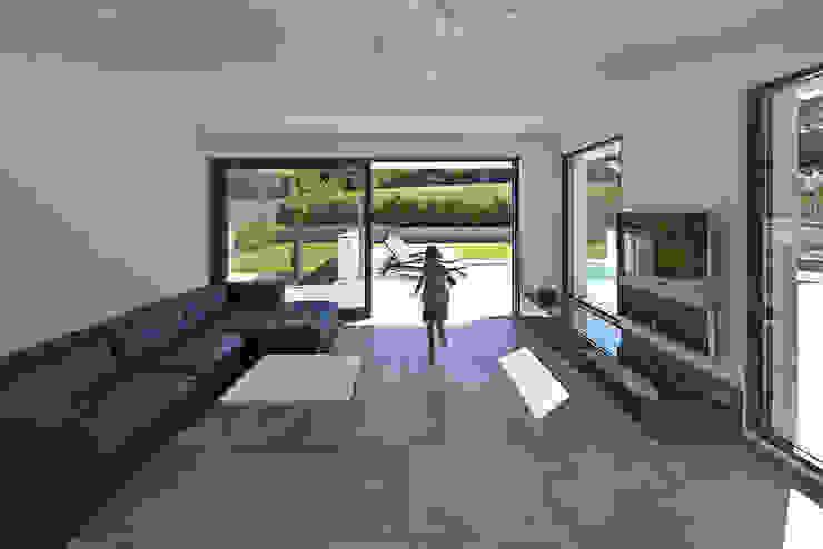 Salas modernas de LEE+MIR Moderno