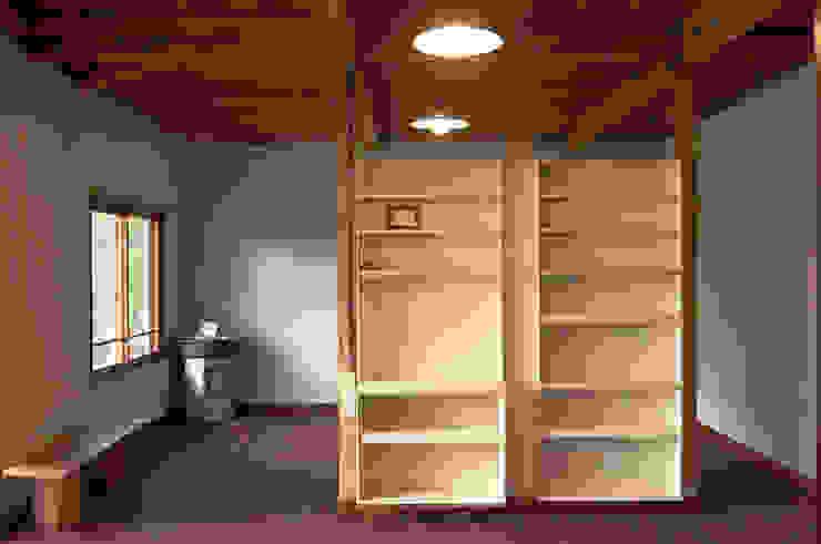 作り付け収納の引き出しを利用して作った棚 の ゲンカンパニー / Gen & Co.