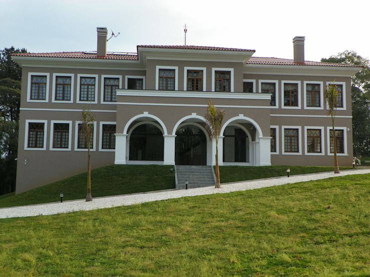 Fachada frontal Casas coloniais por BUZZI & SILVA ARQUITETOS ASSOCIADOS Colonial Tijolo