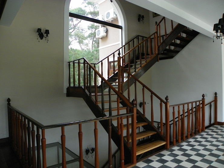 Escada Corredores, halls e escadas coloniais por BUZZI & SILVA ARQUITETOS ASSOCIADOS Colonial Madeira Efeito de madeira