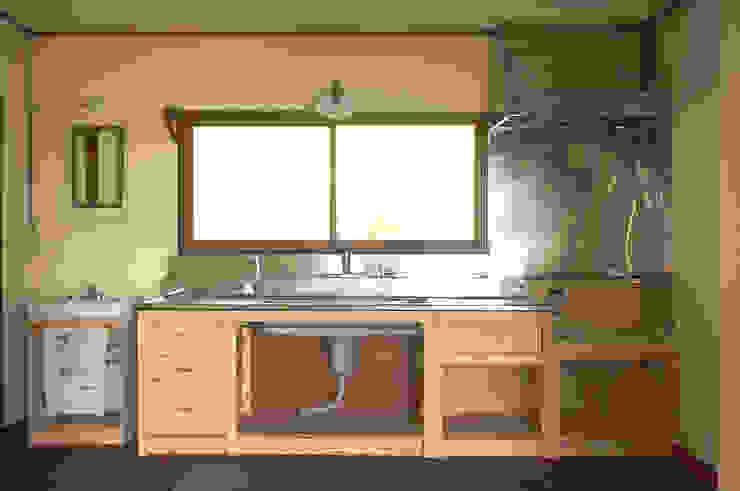 旧キッチンの天板を再利用したふるくてあたらしいキッチン。 の ゲンカンパニー / Gen & Co.