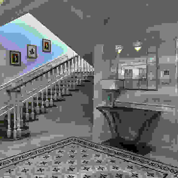 Загородный дом Киевское шоссе. Коридор, прихожая и лестница в стиле кантри от Архитектурно-дизайнерская компания Сергея Саргина Кантри