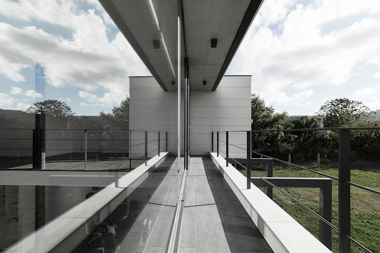Vivienda en Mugardos Balcones y terrazas modernos de AD+ arquitectura Moderno Cerámico