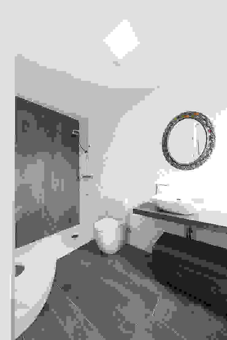 AD+ arquitectura Modern bathroom Ceramic Brown