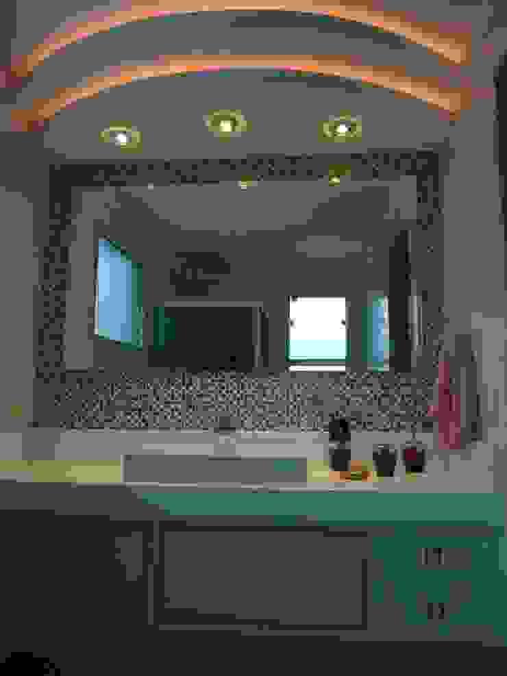 CASA DUPLEX SÃO GONÇALO Banheiros modernos por Claudia Fonseca Designer de Interiores Moderno