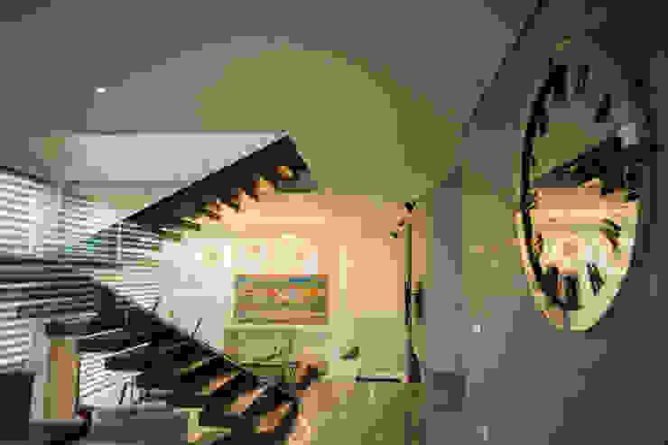 Interiorismo para residencia en Altozano Morelia Pasillos, vestíbulos y escaleras modernos de Dovela Interiorismo Moderno