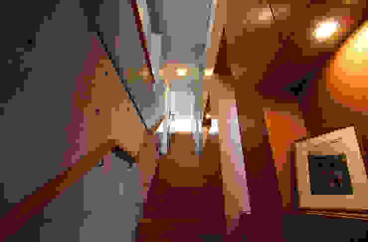 Hành lang, sảnh & cầu thang phong cách hiện đại bởi 細江英俊建築設計事務所 Hiện đại