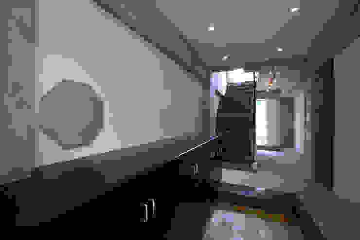 都心の家 A邸 モダンスタイルの 玄関&廊下&階段 の 細江英俊建築設計事務所 モダン