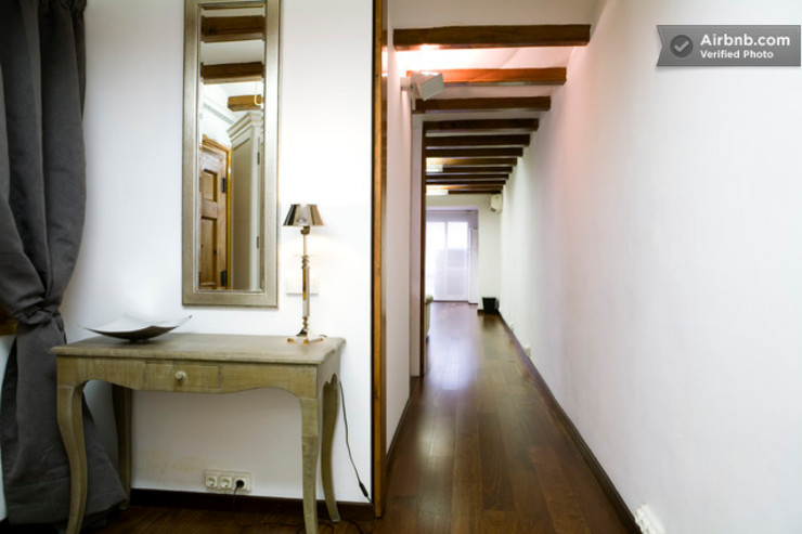 Distribuidor Upper Design by Fernandez Architecture Firm Colonial style corridor, hallway& stairs