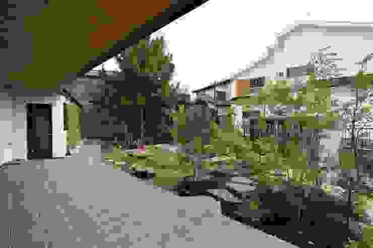 アトリエグローカル一級建築士事務所 Garajes de estilo escandinavo