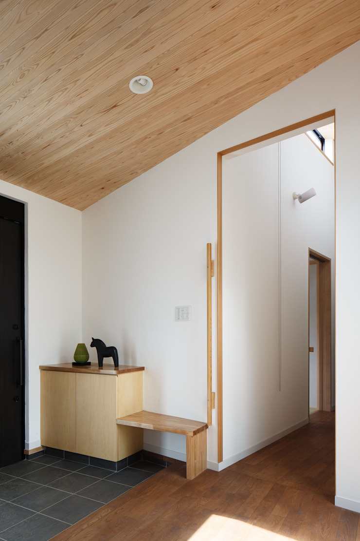 アトリエグローカル一級建築士事務所 Pasillos, vestíbulos y escaleras de estilo escandinavo