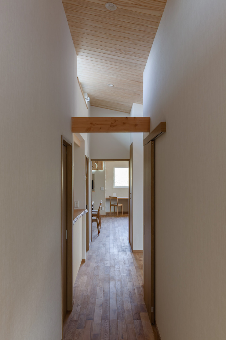 Country style corridor, hallway & stairs by アトリエグローカル一級建築士事務所 Country