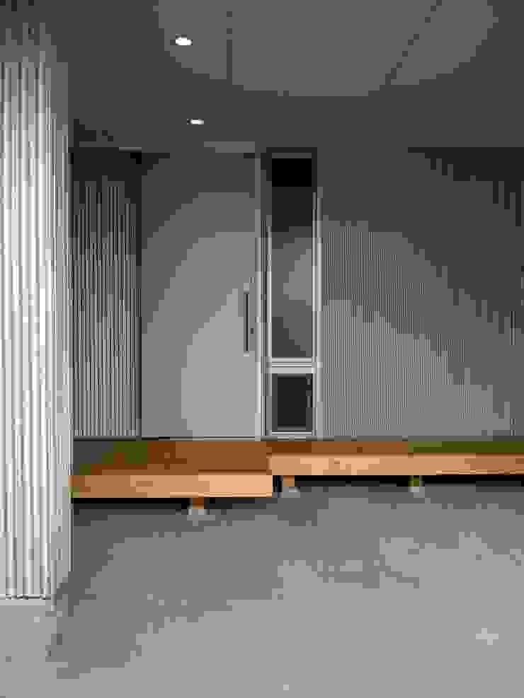 Moderne gangen, hallen & trappenhuizen van 小形徹*小形祐美子 プラス プロスペクトコッテージ 一級建築士事務所 Modern IJzer / Staal
