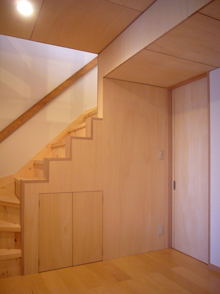 Moderner Flur, Diele & Treppenhaus von 小形徹*小形祐美子 プラス プロスペクトコッテージ 一級建築士事務所 Modern Holz Holznachbildung