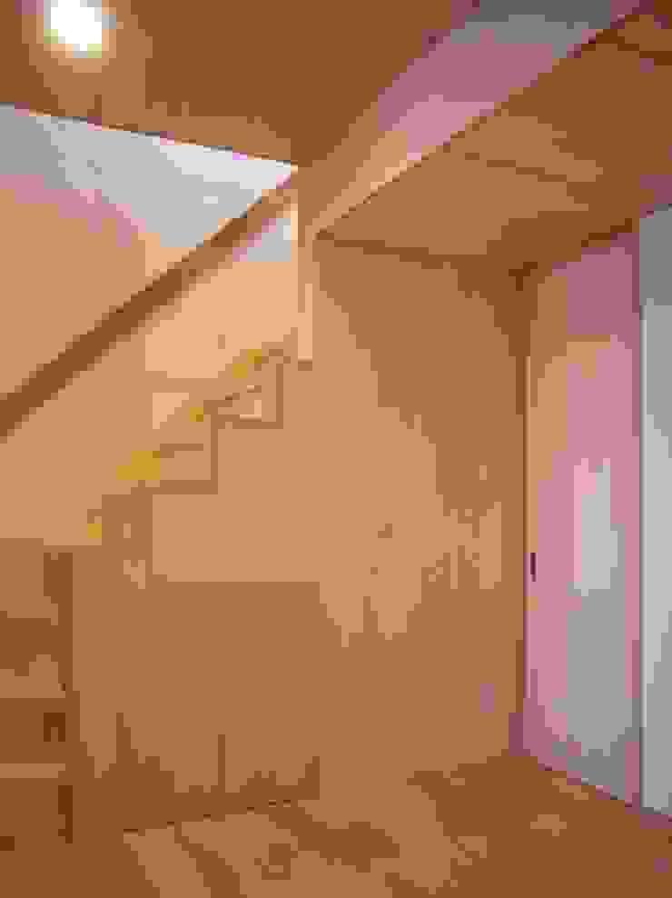 Moderne gangen, hallen & trappenhuizen van 小形徹*小形祐美子 プラス プロスペクトコッテージ 一級建築士事務所 Modern Hout Hout