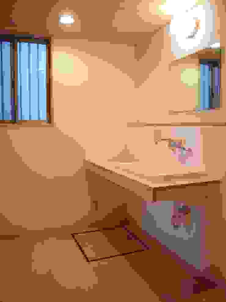 Moderne Badezimmer von 小形徹*小形祐美子 プラス プロスペクトコッテージ 一級建築士事務所 Modern Holz Holznachbildung