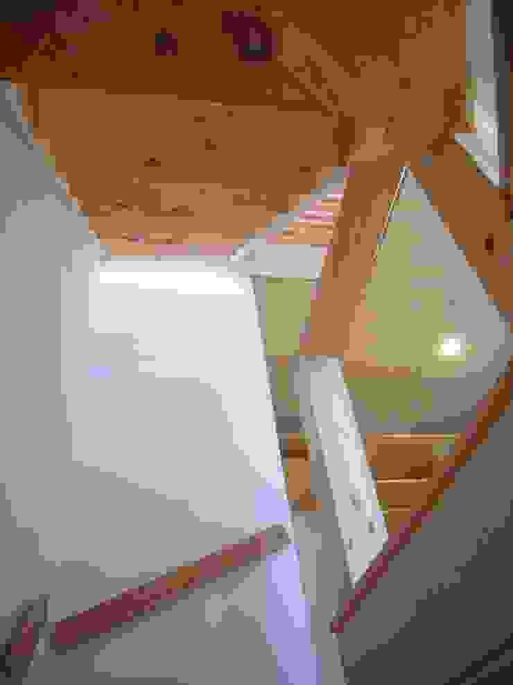 Moderne gangen, hallen & trappenhuizen van 小形徹*小形祐美子 プラス プロスペクトコッテージ 一級建築士事務所 Modern