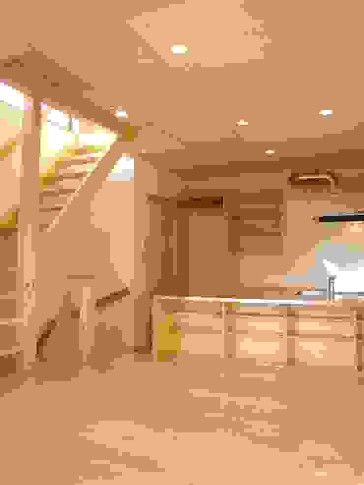 Moderne Esszimmer von 小形徹*小形祐美子 プラス プロスペクトコッテージ 一級建築士事務所 Modern