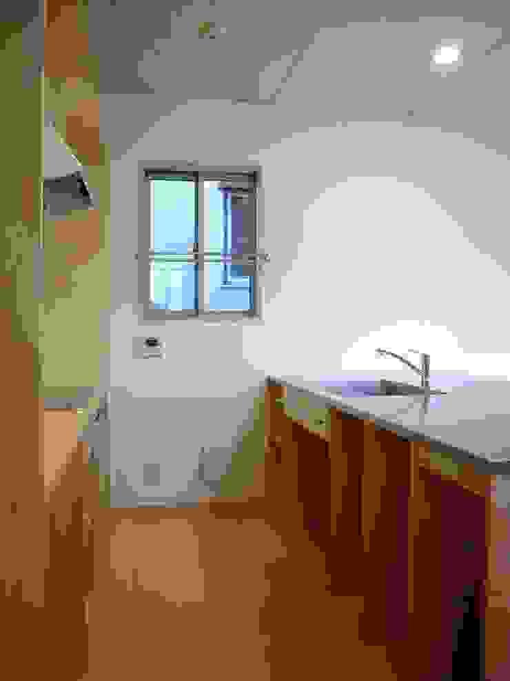 Moderne keukens van 小形徹*小形祐美子 プラス プロスペクトコッテージ 一級建築士事務所 Modern IJzer / Staal
