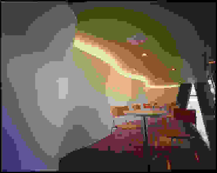 ベイビーコーナーをもつ3階の見学室 の Guen BERTHEAU-SUZUKI Co.,Ltd. モダン