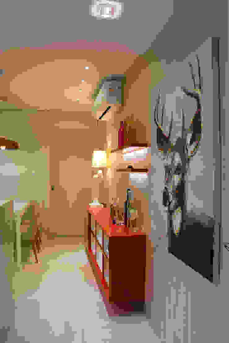 ARQ Ana Lore Burliga Miranda Modern corridor, hallway & stairs MDF Red