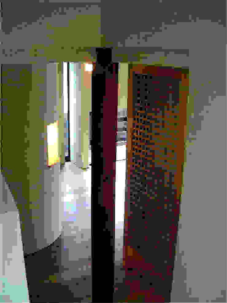 家の中心部分 モダンスタイルの 玄関&廊下&階段 の 渡邉意匠 モダン 木 木目調