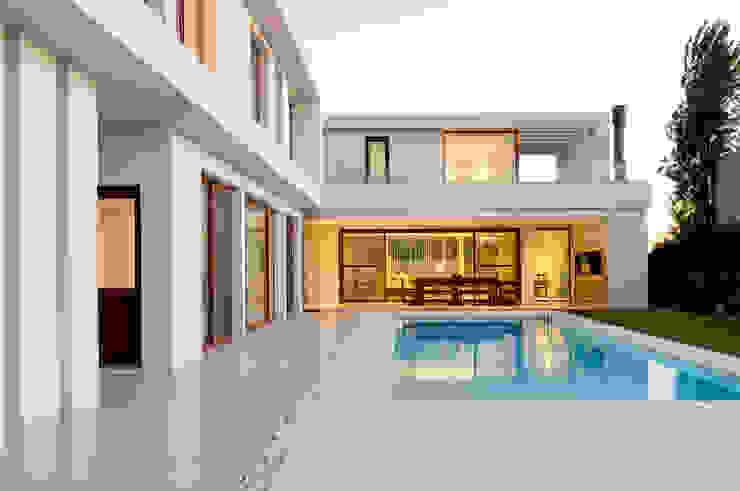Kolam Renang oleh Ramirez Arquitectura, Minimalis Keramik