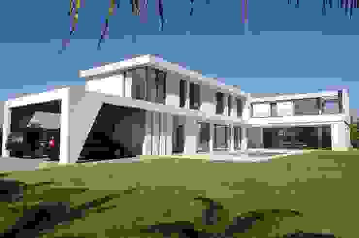 Two floor house de Ramirez Arquitectura Minimalista Vidrio