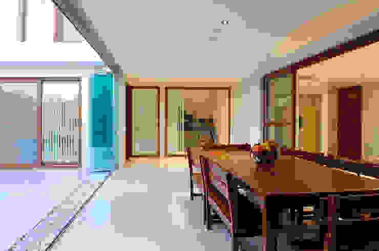 Galeria cubierta Balcones y terrazas minimalistas de Ramirez Arquitectura Minimalista Madera Acabado en madera