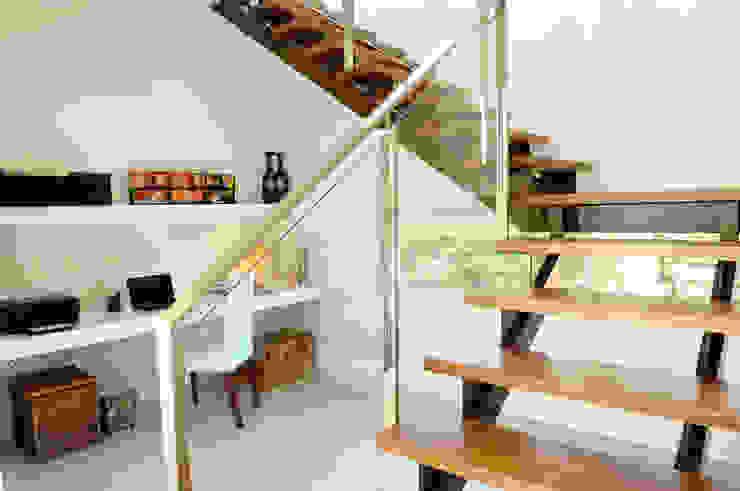 Couloir, entrée, escaliers modernes par Ramirez Arquitectura Moderne Bois Effet bois