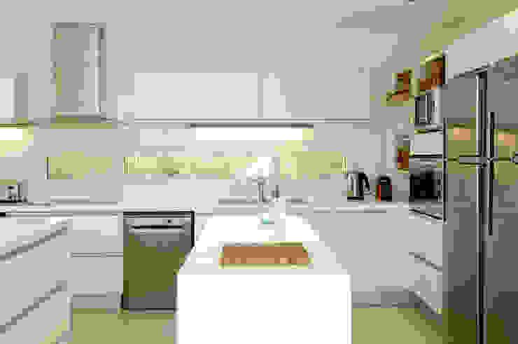 Modern custom kitchen de Ramirez Arquitectura Moderno Caliza
