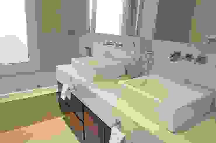 Main bathroom Baños de estilo moderno de Ramirez Arquitectura Moderno Caliza