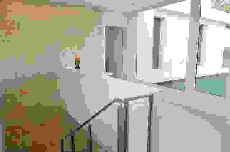 Ramirez Arquitectura Corredores, halls e escadas modernos Ferro/Aço Branco