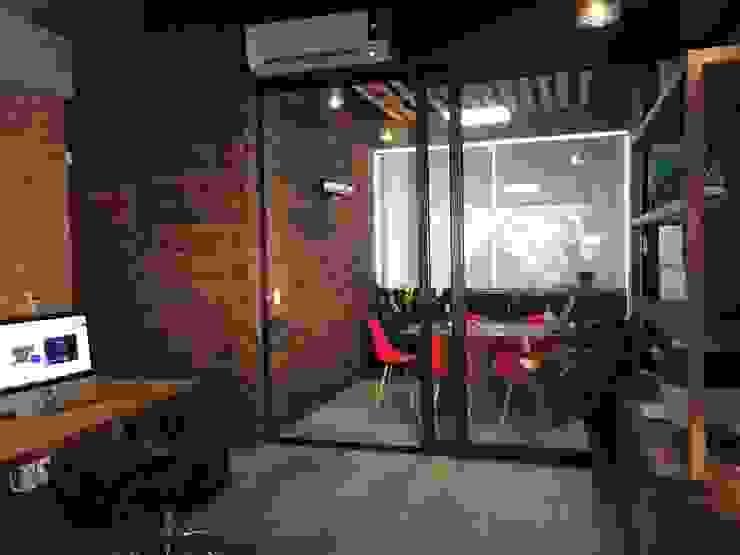 Rustieke kantoorgebouwen van VICTORIA PLASENCIA INTERIORISMO Rustiek & Brocante Kunststof