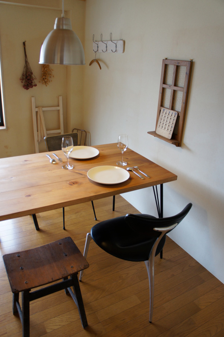 Rustic dining table: design studio katachiが手掛けた素朴なです。,ラスティック 木 木目調