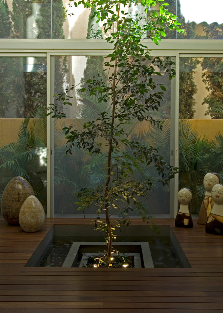 Fuente interior Pasillos, vestíbulos y escaleras modernos de VICTORIA PLASENCIA INTERIORISMO Moderno Madera Acabado en madera