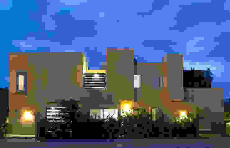 Fachada lateral Casas modernas de homify Moderno Piedra