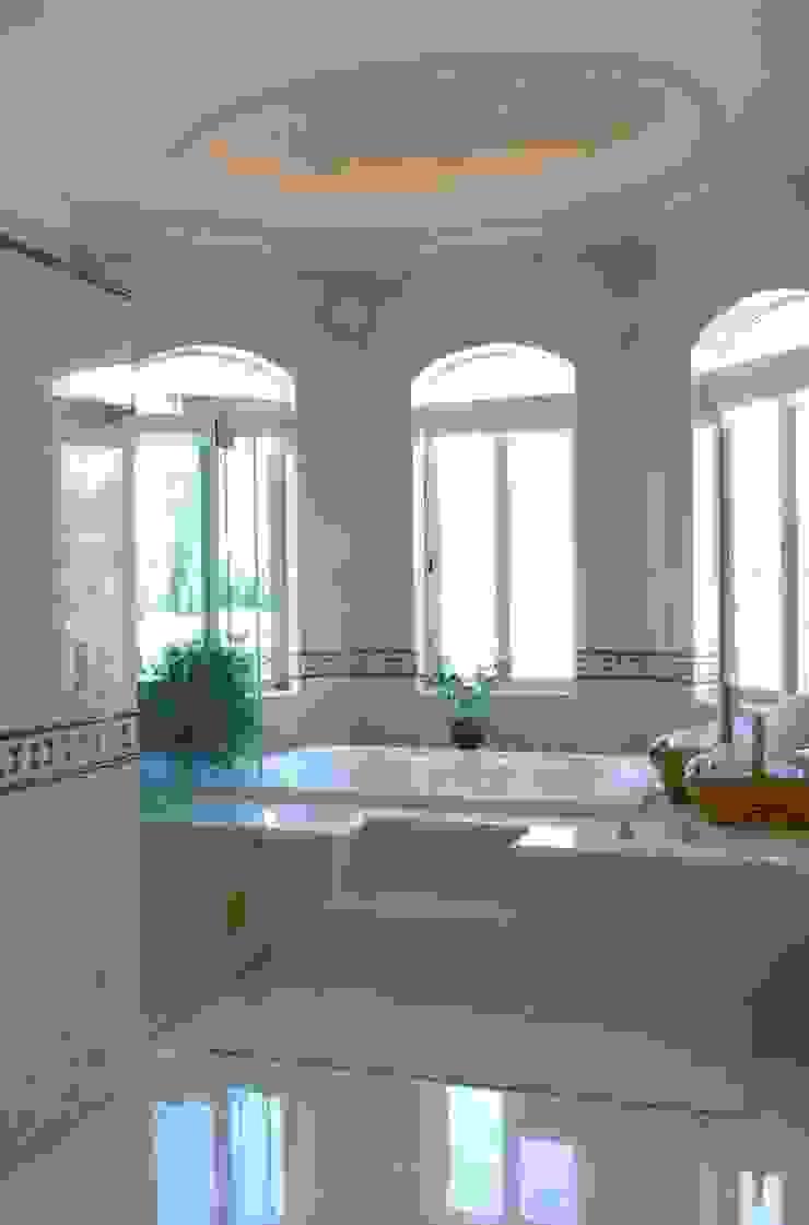 Baño Principal:  de estilo colonial por VICTORIA PLASENCIA INTERIORISMO, Colonial Mármol