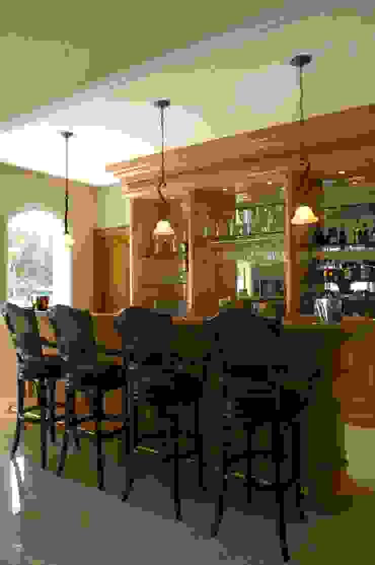 Bar:  de estilo colonial por VICTORIA PLASENCIA INTERIORISMO, Colonial Madera maciza Multicolor