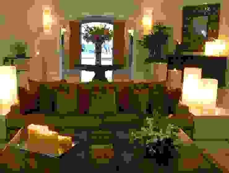 Sala con vista al ingreso:  de estilo colonial por VICTORIA PLASENCIA INTERIORISMO, Colonial Madera maciza Multicolor
