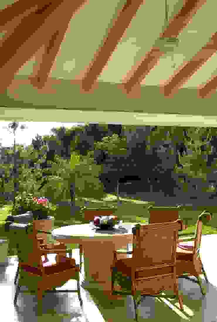 Terraza:  de estilo colonial por VICTORIA PLASENCIA INTERIORISMO, Colonial