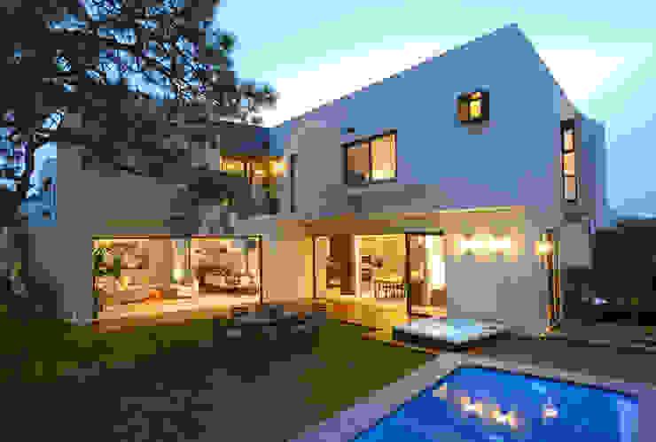 Fachada Trasera: Balcones y terrazas de estilo  por VICTORIA PLASENCIA INTERIORISMO