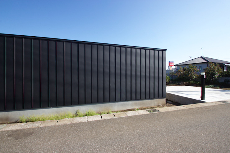 道路側ファサード モダンな 家 の SeijiIwamaArchitects モダン 金属