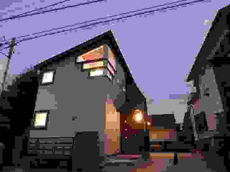 「帰って来た」を実感するエントランス: 一級建築士事務所 鍵山建築設計が手掛けた現代のです。,モダン ガラス