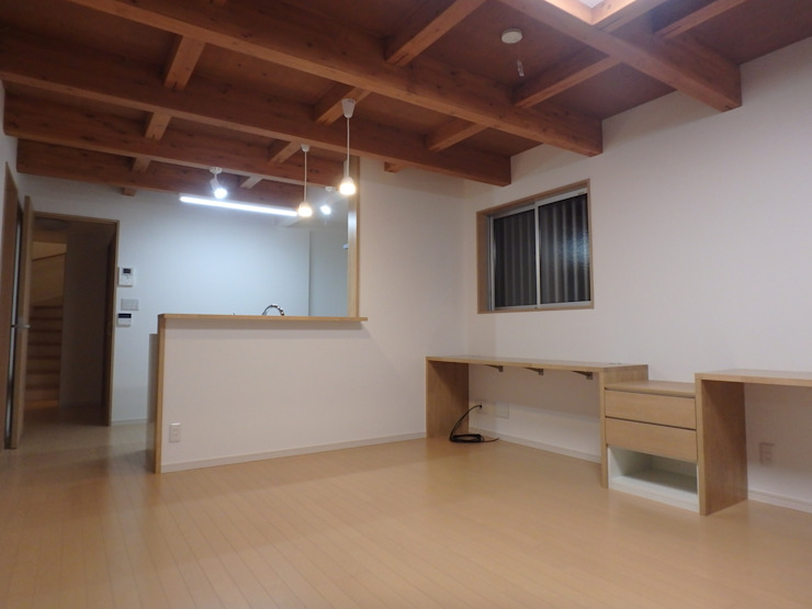 リビング・ダイニング・キッチン: 一級建築士事務所 鍵山建築設計が手掛けた現代のです。,モダン 木 木目調