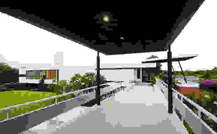 The bridge over the berm Modern balcony, veranda & terrace by étendre Modern