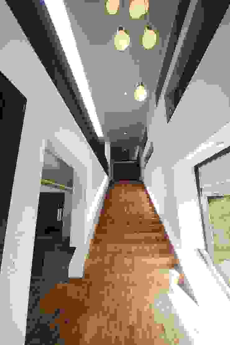 The entrance foyer Modern corridor, hallway & stairs by étendre Modern Wood Wood effect