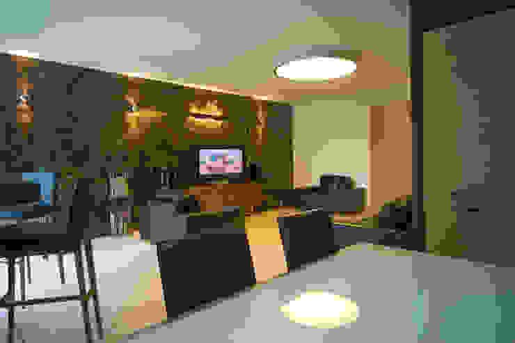 Большой потолочный светильник в гостиной Гостиная в стиле минимализм от homify Минимализм